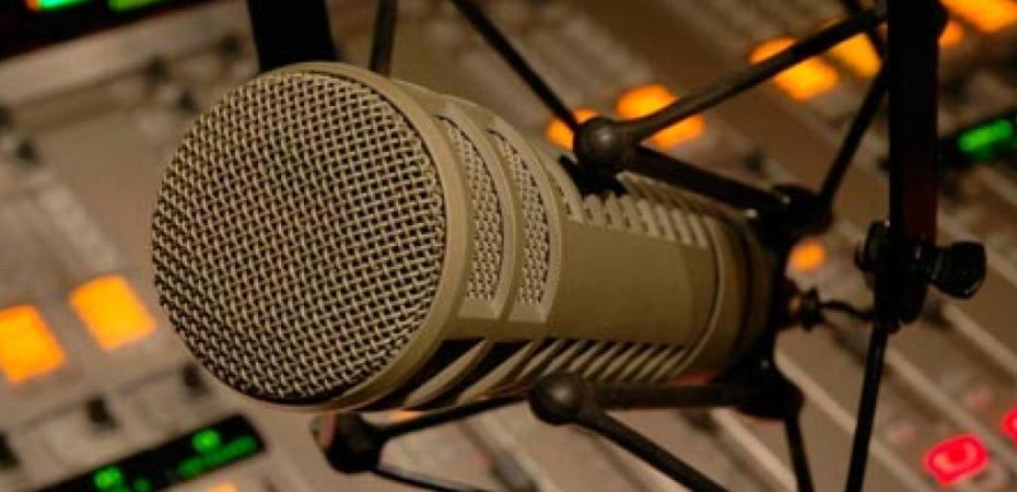 Resultado de imagem para microfone vazio no estudio de radio